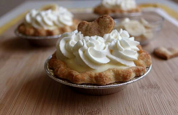 Mini banana cream pie on wildwildwhisk.com