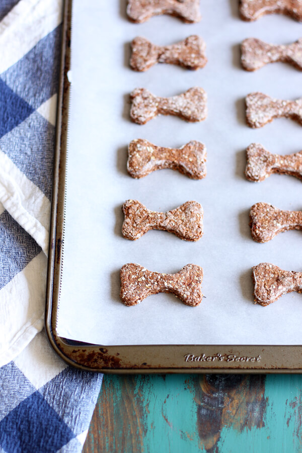 The addition of freeze dried strawberry in these Strawberry Dog Treats packs a big punch of strawberry aroma. | wildwildwhisk.com #dogtreats #freezedriedstrawberry #pet