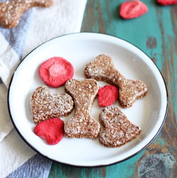 The addition of freeze dried strawberry in these Strawberry Dog Treats packs a big punch of strawberry aroma. They smell so good I even consider eating one! | wildwildwhisk.com