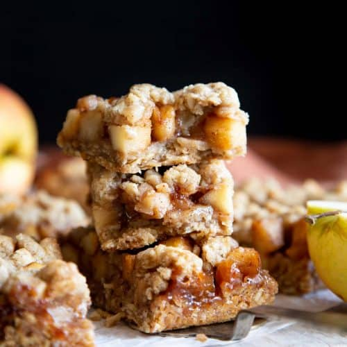 These Apple Pie Oatmeal Bars are so easy to make and have all the flavors of the holiday packed into a healthier New Year treat and on-the-go breakfast. | wildwildwhisk.com